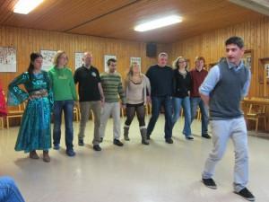 Sertac Uyar zeigt seinen neuen Tanzschülern die richtigen Schritte. (Quelle: Christian Kahl)