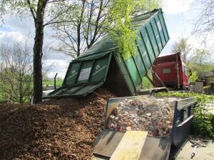 Holhackschnitzel werden für das Außengelände angeliefert. (Quelle: Rainer Burggraf)