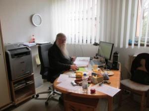 Rainer Burggraf nimmt am Arbeitsplatz die Buchungen entgegen. (Quelle: Lisa Burggraf)