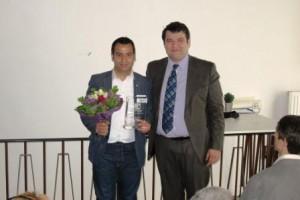 Einer der ersten Gratulanten: Der Institutsleiter von futureorg, Kamuran Sezer (Quelle: Dr. Christian Kahl)