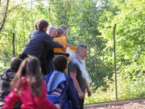 """Ice Bucket Challenge in Himmighausen. Ein """"echter"""" Abenteuerpädagoge bleibt cool dabei. (Quelle: Lisa Burggraf)"""