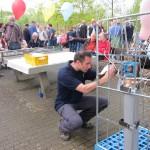 Die Vorbereitungen für die Luftballonaktion werden getroffen (Quelle: Dr. Christian Kahl)
