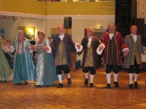 """Die englische Volkstanzgruppe """"English Miscellany"""" trat in barocken Kostümen auf. (Quelle: Dr. Christian Kahl)"""