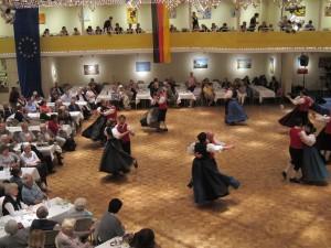 Mit Tanz und Musik feierten rund 250 Gäste 40 Jahre Folklorekreis Gütersloh. (Quelle: Dr. Christian Kahl)