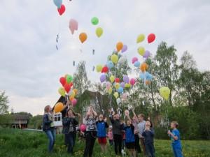 Eine Luftballonaktion vor dem Haus begeisterte vor allem die jüngeren Besucher (Quelle: Dr. Christian Kahl)