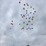 Mal abwarten, welcher Ballon am weitesten fliegt. (Quelle: Dr. Christian Kahl)