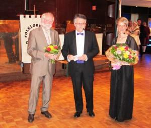 Hans-Peter Rosenthal, Vorsitzender des Kulturausschusses der Stadt Gütersloh und das Moderatorenteam Andrea Schiller und Georg Chatzigeorgiou. (Quelle: Dr. Christian Kahl)