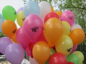 Viele Luftballons sind gestartet. Einer flog am weitesten. (Quelle: Dr. Christian Kahl)