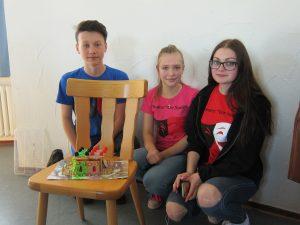 Christian, Valerie und Laura mit ihrem Knusper-Bungalow (Quelle: djoNRW)