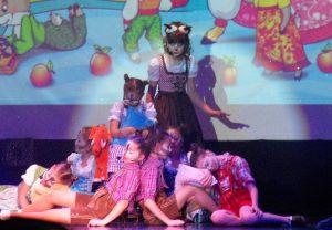 """Die Gruppe Schmetterling im Musical """"Der Wolf und die sieben Geißlein"""" (Quelle: Der Spaß)"""