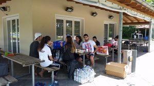 Neben den Volleyballfeldern konnte man sich mit Essen und Getränken versorgen (Quelle: Nora Liebetreu)