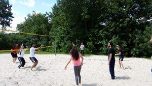 Sportlich und fair ging es auf dem Volleyballfeld zu (Quelle: Nora Liebetreu)