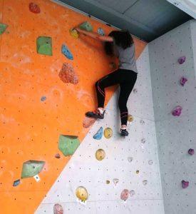 Das Ziel war klar, wenn auch nicht einfach: Über einen farblich markierten Kletterweg wollten die Jugendlichen nach ganz oben (Quelle: Orshina Youssef)