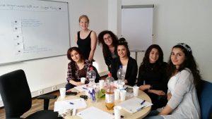 Nora Liebetreu (2. v. li.) hilft bei der Vorbereitung (Quelle: Wissam Shahin)