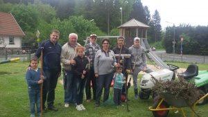 Der SKV Adler bringt sich ein: Helfer auf dem Spielplatz in Kürten-Waldmühle bei der gemeinsamen Pflegeaktion 2016 (Quelle: www.jsdr.de / www.skv-adler.de)