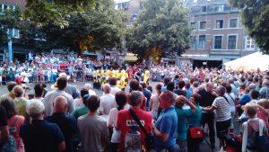 Schon am ersten Tag war auf den Straßen Namurs viel los (Quelle: www.folklorekreis.de)