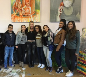 Die Künstlerin Claudia Cremer-Robelski (3. v. l.) mit den B'shayno-Jugendlichen (Quelle: Claudia Cremer-Robelski)