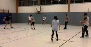 Die jungen Sportbegeisterten treffen sich nun regelmäßig in einer Paderborner Sporthalle (Quelle: Nora Liebetreu)