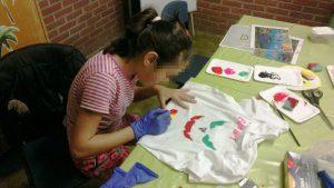 Phantasie und eine ruhige Hand zeigten die Kinder beim Textildruck (Quelle: Kolonjata)