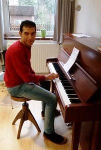In der Bildungsstätte gibt es ein Klavier. Klar, dass auch das genutzt wird (Quelle: Jugendverbandsarbeit mit jungen Geflüchteten)
