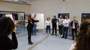 """Mit theaterpädagogischen Übungen nähern sich die Teilnehmenden den Themen """"Kompetenzen"""" und """"Grenzen"""" (Quelle: Nora Liebetreu)"""
