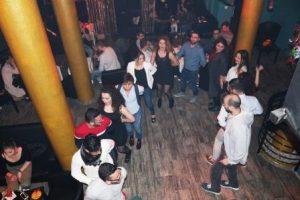 Bei der After-Show-Party feiern und tanzen die Jugendlichen gemeinsam (Quelle: Maya Yoken)