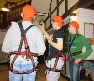 Für die Klettertour gibt es zuerst die richtige Ausrüstung (Quelle: djo-Detmonster)