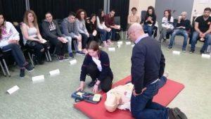 Unter professioneller Anleitung lernen die Jugendlichen alles zum Thema Erste-Hilfe (Quelle: Nora Liebetreu)
