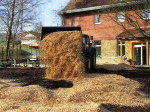Ein kurzfristig besorgter John Deere Trecker bringt die Holzhackschnitzel auf das Gelände (Quelle: Lisa Burggraf)
