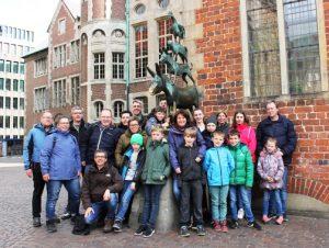 Bei ihrer Osterfreizeit besuchten die Merksteiner auch die Bremer Stadtmusikanten (Quelle: djo Merkstein)