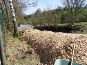 Da der Lkw zu groß für die Einfahrt war, wurden 50 Kubikmeter Holzhackschnitzel auf der Zufahrt entladen (Quelle: Lisa Burggraf)
