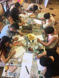 In einem Brainstorming machen sich die jungenKünstlerinnen und Künstler Gedanken zum Thema (Quelle: djoNRW/AJM)