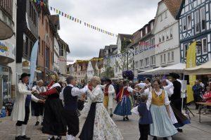 Eine fröhliche und ausgelassene Stimmung herrscht bei der Mini-Europeade in Frankenberg (Quelle: Folklorekreis Gütersloh)