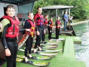 Die Einweisung auf der Wasserskianlage ist erfolgt, gleich geht es auf den See. (Quelle: RV Detmold-Münster)