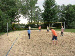 Wenn es mal nicht auf's Wasser geht, treffen sich die Jugendlichen zum Beachvolleyball. (Quelle: RV Detmold-Münster)
