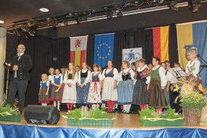 Andreas Schillings (li.) und die Klingende Windrose gratulieren den Merksteinern (Quelle: djo Merkstein)