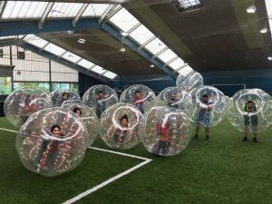 Bubbleball ist eine ungewöhnliche Art Fußball zu spielen, die aber den Jugendlichen viel Spaß macht (Quelle: Quelle: Schimscha Jugend e.V.)