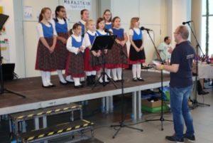Der Vorsitzende Thomas Krelle dirigiert den Chor (Quelle: djo Merkstein)