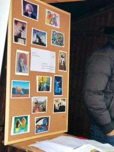 Die Postkarten mit Bildern, die beim Kunstprojekt entsnaden sind, gab es gegen eine kleine Spende (Quelle: B'shayno.Willkommen. e.V.)