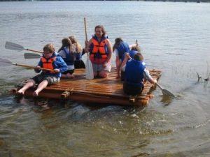 Auf dem Wasser zeigt sich, ob das Floß richtig gebaut wurde (Quelle: djoNRW)