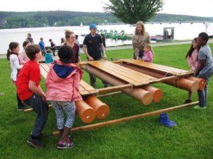 Das Kulturprojekt 2018 bietet rund um den Möhnesee viele Freizeitangebote. Wer beim Floßbau sorgfältig arbeitet, kann sich gefahrlos aufs Wasser wagen (Quelle: djoNRW)
