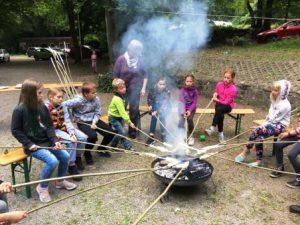 Mit Stockbrot über der Feuerschale lässt es sich gut gehen (Quelle: Dagmar Bitz/Yvonne Krelle)