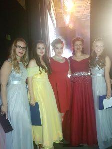 """Raissa Myachkova (2. v. r.) und ihre 4 Moderatorinnen des Abends (Quelle: Theater """"Der Spaß!"""")"""
