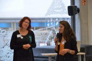 Kerstin Kutzner (l.) und Sandra Aras (r.) sprechen über die Nachhaltigkeit des Projekts. (Quelle: AJM e.V./djoNRW)