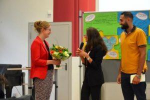 Sandra Aras (M.) und Hasan Al Hanna (r.) dankten Nora Liebetreu (l.), der Projektleitrein (Quelle: AJM e.V./djoNRW)