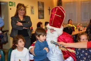 Der Nikolaus nimmt sich für die kleinen Gäste viel Zeit (Quelle: Suryoye Ruhrgebiet)