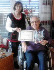 Willy Springer, hier mit seiner Ehefrau Karin, wird für seine 60-jährige Mitgliedschaft in der djo geehrt. (Quelle: djo Merkstein)