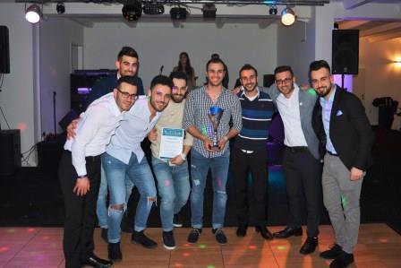 Stolz präsentieren die Sieger des Fußballturniers am Abend den Pokal (Quelle: AJM LV NRW)